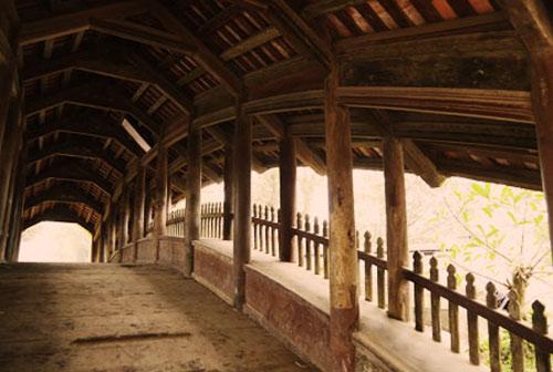 Phần sàn của lòng cầu rộng 2m gồm nhiều thanh gỗ lim ghép lại nằm trên hàng dầm uốn cong, đồng thời có nhiều thanh gỗ ngắn hơn vút tròn cạnh tạo thành nhiều gờ nổi để khách bộ hành lên xuống đỡ bị trượt chân.