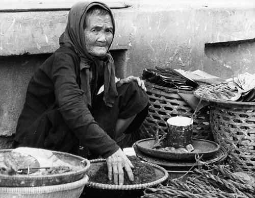 Cụ bà bán thuốc lá ven con đường của một ngôi làng.