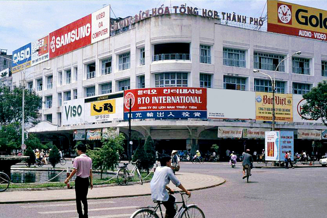 Sau ngày giải phóng, Thương xá Tax được giao lại cho UBND thành phố, Tòa nhà không còn là địa điểm kinh doanh sầm uất; mặt bằng thỉnh thoảng được tận dụng làm không gian trưng bày các mặt hàng, máy móc công nghiệp do các đơn vị quốc doanh của thành phố sản xuất. Đến năm 1981, UBNDTP quyết định thành lập Cửa hàng Bách hóa Tổng hợp Thành phố trực thuộc Sở Thương Nghiệp để nâng tầm hoạt động, đáp ứng nhu cầu người tiêu dùng. Đây cũng là một trong những cửa hàng lớn nhất Việt Nam thời bấy giờ.