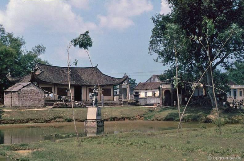 """Đình Cổ Loa được gọi với tên """"Ngự triều di quy"""", một ngôi đình khá đẹp bằng gỗ lim, được lưu truyền rằng, đây là nơi An Dương Vương ngồi coi chầu..."""