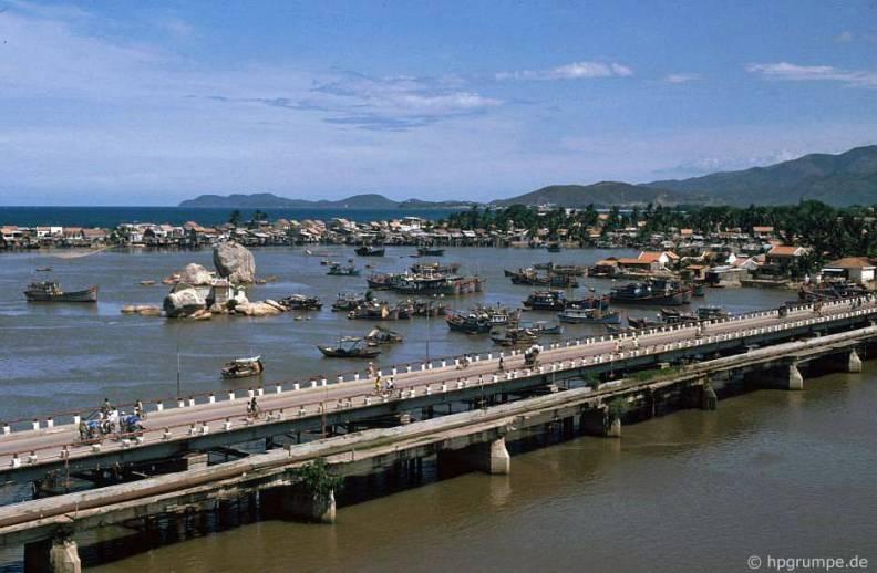 Khu vực cửa sông Cái với cầu Sắt và những chiếc thuyền đánh cá nằm chen chúc là một hình ảnh mang tình biểu tượng về thành phố biển Nha Trang. Ảnh: Hans-Peter Grumpe.